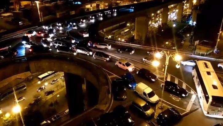 Luci d'artista a Salerno, è caos traffico: autostrada bloccata