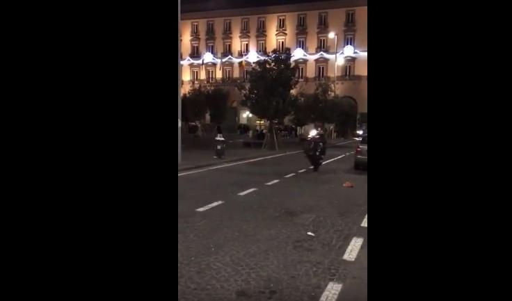 """Napoli, """"rodeo"""" di motorini sotto il Comune"""