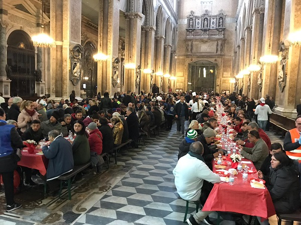 Napoli, pranzo per 800 poveri al Duomo