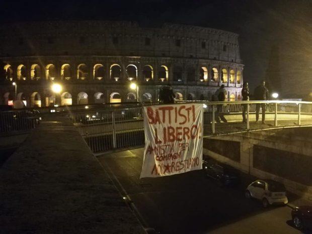 """Roma, striscione nei pressi del Colosseo: """"Battisti libero, amnistia per i compagni"""""""