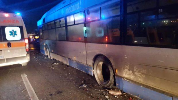 Napoli, bus del Ctp si guasta e provoca incidente: due persone in ospedale
