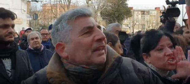 """Napoli, De Luca contestato dai precari:""""Ci hai fatto lavorare a nero per sei mesi"""""""