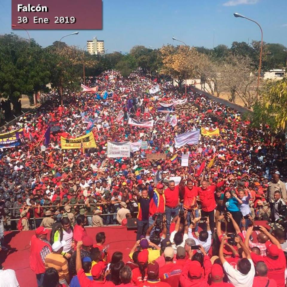 Venezuela, una marea di bandiere rosse in piazza: il golpe sta fallendo