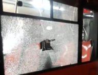 Napoli, bottiglia sfonda vetro di autobus a Scampia: paura a bordo