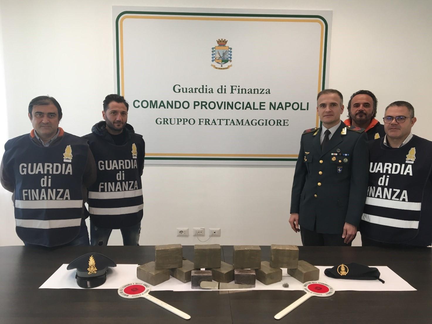 Napoli, Caivano: la guardia di finanza sequestra 10 chili di hashish, un arresto