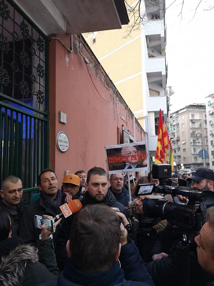 Napoli, precari Apu non danno tregua a De Luca e Pd: dura contestazione al Vomero