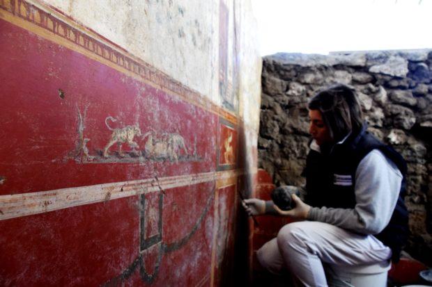Pompei, scavo Regio V: la sensualità e l'amore negli affreschi