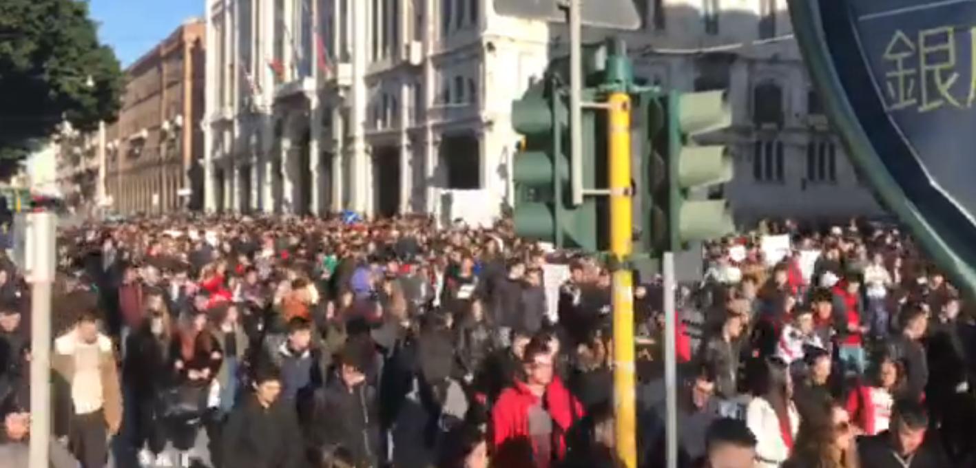"""Sardegna, 2 mila studenti in piazza per sostenere la lotta dei pastori: """"E ora potere a chi lavora"""""""