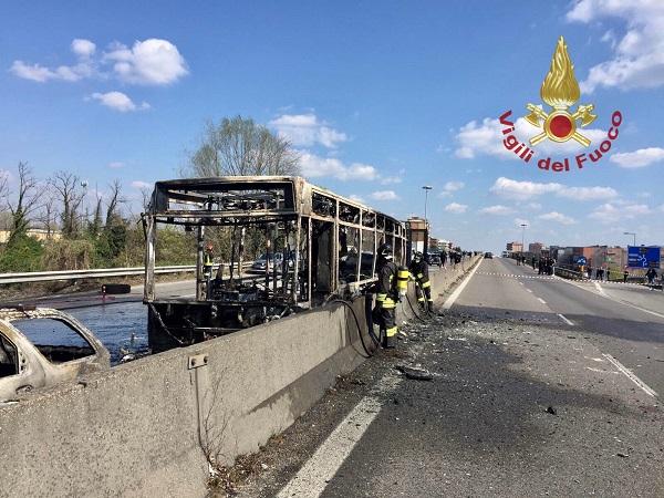 Milano, sequestra bus e lo incendia: salvi 51 scolari, si valuta ipotesi terrorismo