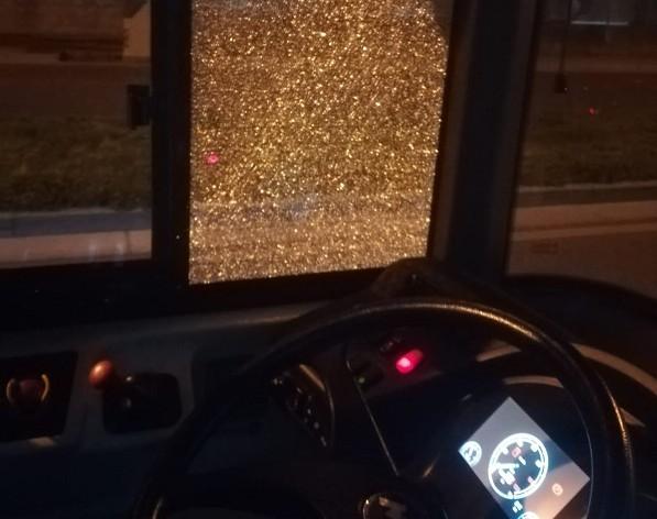 Napoli, ancora sassi contro autobus a Scampia: vetri in pezzi
