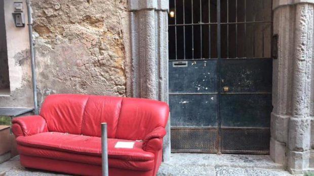 Napoli, divano rimosso nel centro storico: interviene ex assessore di un'altra municipalità