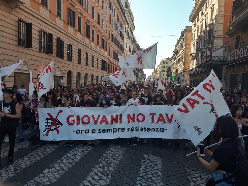 """Roma, 150 mila per il clima e contro le opere inutili: """"Fuori dal tunnel, lavoro per tutti"""""""