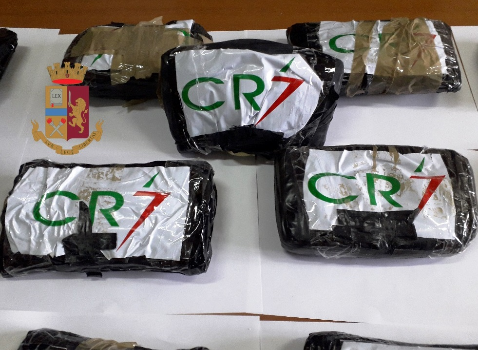 Napoli, la polizia sequestra 14 chili di cocaina