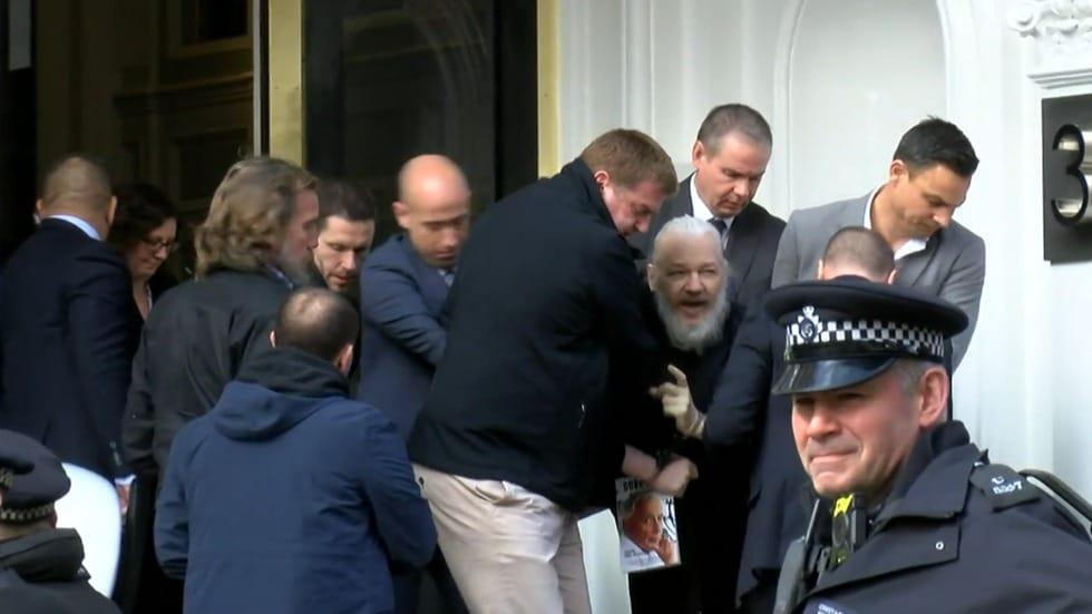 """Il M5S contro l'arresto di Assange: """"E' un attacco alla democrazia e alla libertà"""""""