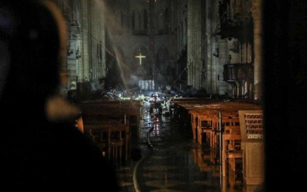 Notre Dame, la croce è rimasta intatta