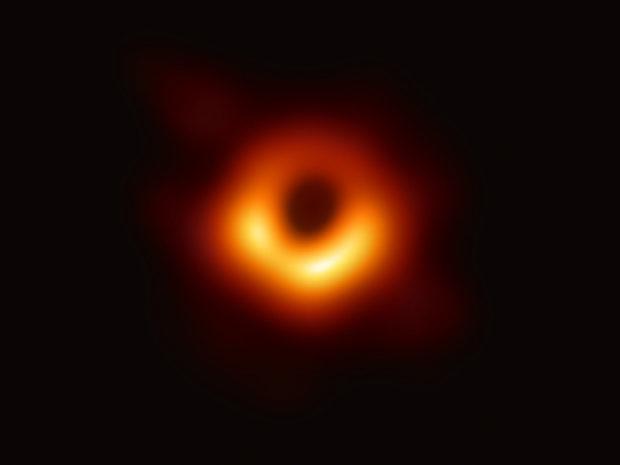 """La """"foto del secolo"""", ecco un buco nero: nel team una prof della Federico II"""