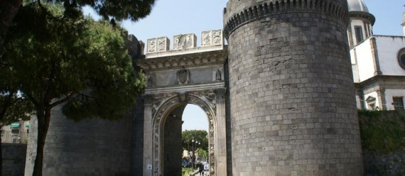 Napoli, la camorra fa chiudere il cantiere per il restauro di Porta Capuana