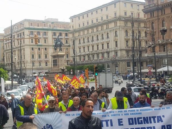 """Apu, 500 precari in corteo a Napoli: """"Non siamo 4 gatti, segnale alla Regione"""""""
