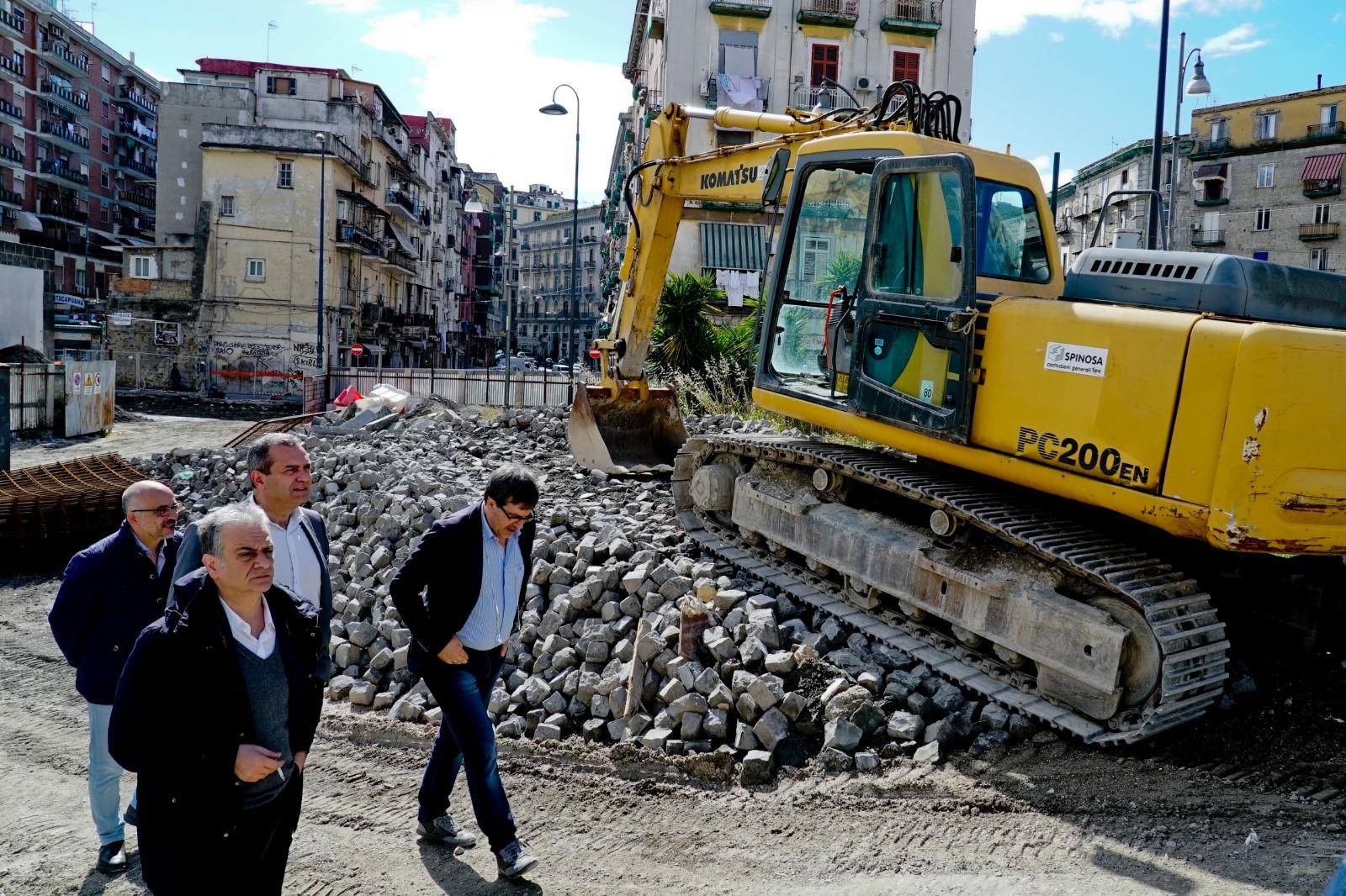 Napoli: 'pizzo' cantiere Porta Capuana,  de Magistris ha incontrato gli operai
