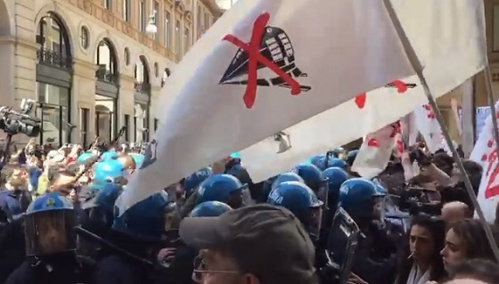 """Primo maggio, protesta No Tav a Torino: """"Cariche da polizia e cinghiate dal Pd"""""""