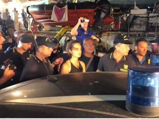 """La """"Capitana"""" (con  i tre parlamentari a bordo) forza il blocco: Arrestata"""