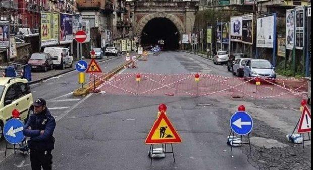 Napoli, chiusa la Galleria Laziale per caduta calcinacci: Fuorigrotta nel caos