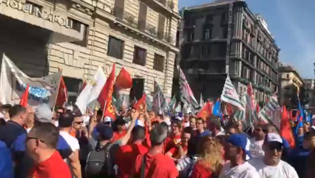Napoli, sfilano le tute blu: i metalmeccanici!