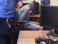 Carabiniere ucciso, la foto del fermato bendato: vendetta, denuncia o assist agli Usa?