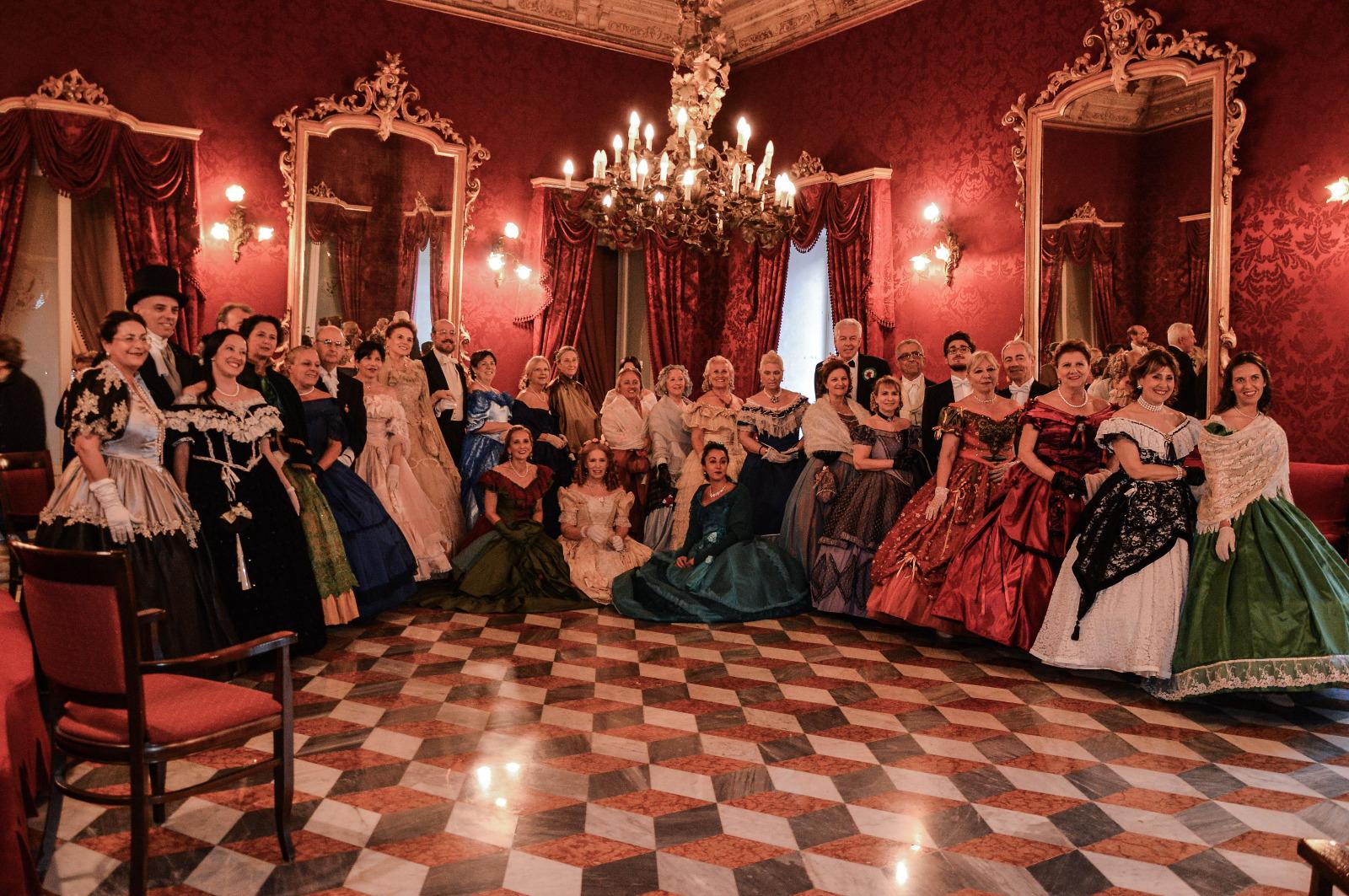 Salerno: Flash mob di danze storiche a Largo Montone