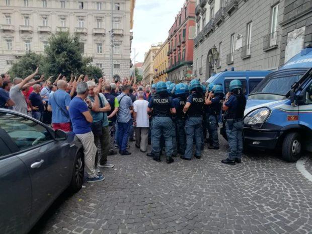 Lavoratori  Napoli Servizi caricati dalla polizia davanti palazzo San Giacomo (Video)