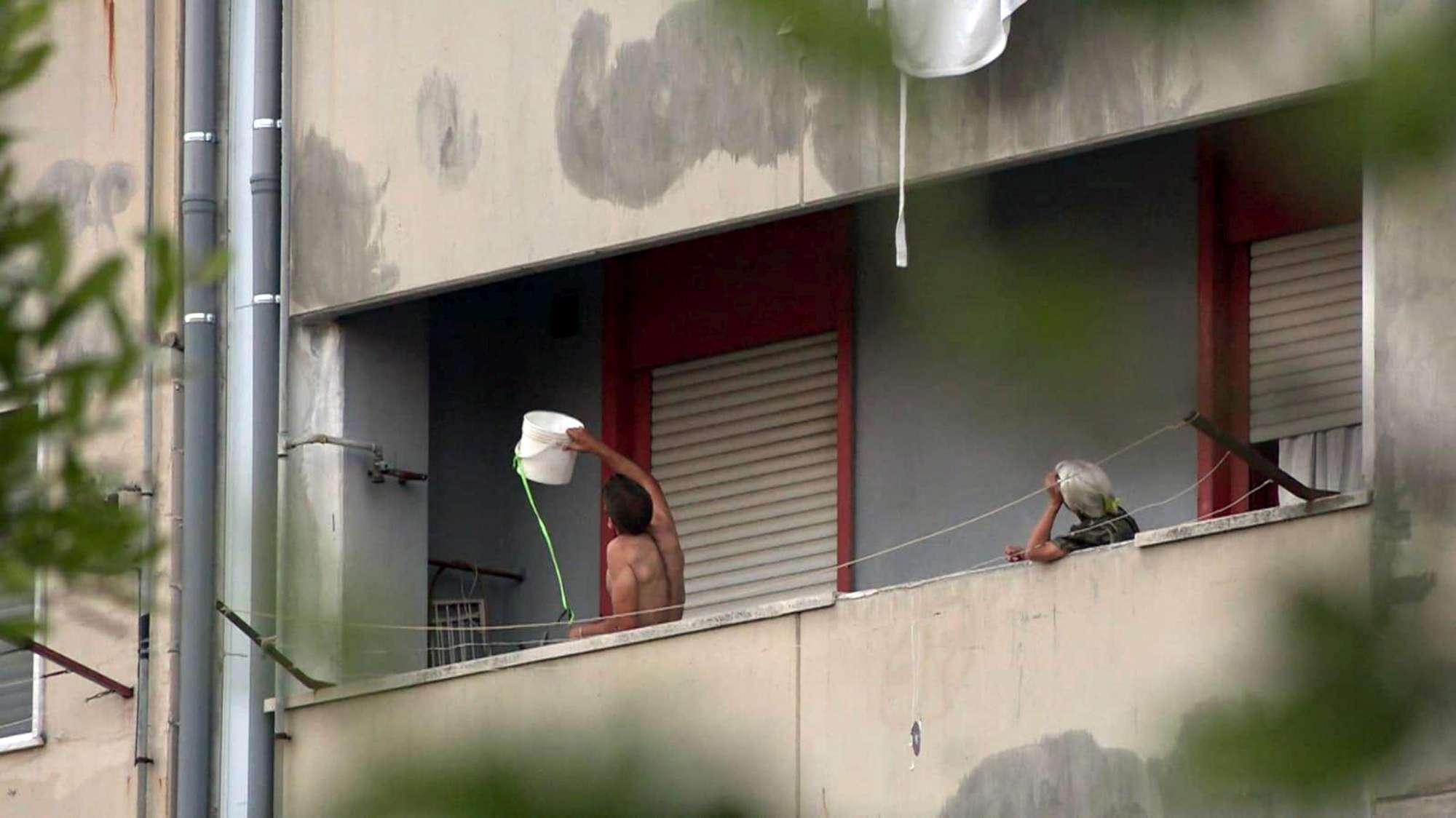 Pozzuoli: blitz dei carabinieri, bloccato l'uomo barricato in casa con bombole del gas