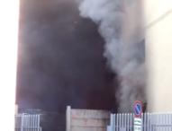 Napoli: magazzino giocattoli in fiamme a Fuorigrotta, 100 evacuati e una persona intossicata