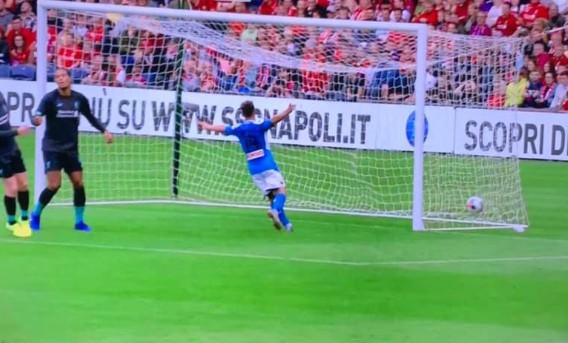 """Callejon-Zielinski """"alla Pirlo"""", il Napoli travolge il Liverpool"""