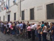 Carabiniere ucciso con 11 coltellate: individuato il pusher. Folla alla camera ardente
