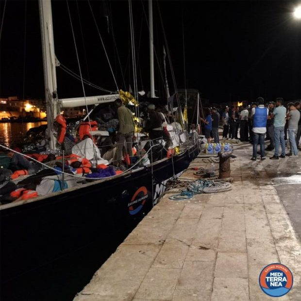 Lampedusa: sequestrata la nave del 'no global' Casarini, scendono i migranti