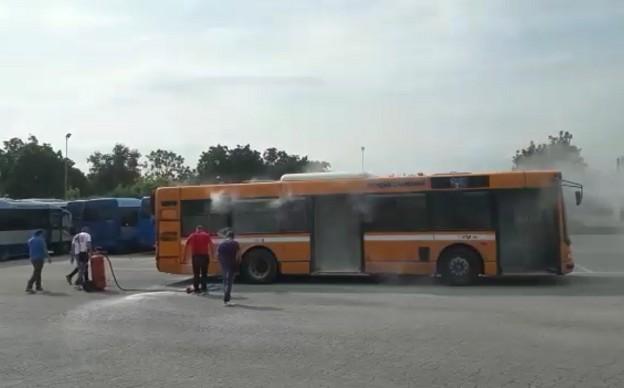 Ctp, paura nel deposito: fiamme sull'autobus, autista in ospedale