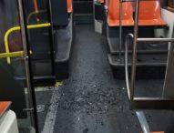 Napoli, sull'autobus nuovo la baby gang sfascia vetro a martellate: panico a bordo
