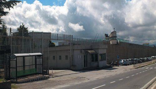 Detenuto si dà fuoco nel carcere di Ariano Irpino, è grave