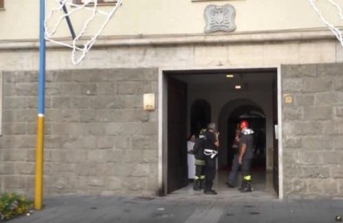 Avellino, attentato esplosivo contro la Curia: tre feriti, bloccato l'autore