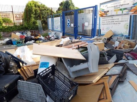 Napoli, l'isola ecologica di Fuorigrotta si trasforma in discarica: De Magistris dorme
