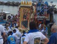 Madonna che viene dal mare, sul peschereccio che reca l'icona anche l'arcivescovo di Salerno