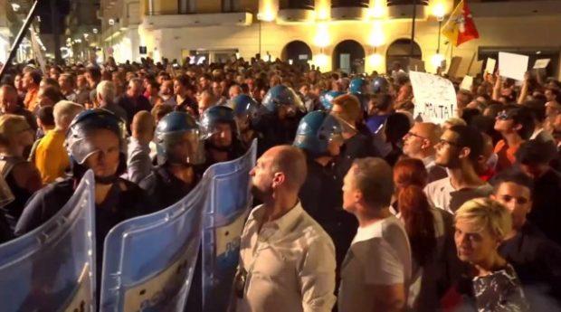 Dopo Catania anche Siracusa: bordate di fischi e insulti a Salvini sul palco