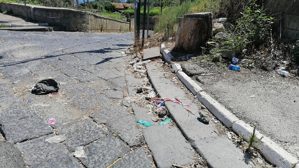 Napoli, il degrado di via Tito Lucrezio Caro: a vuoto la richiesta di spazzamento