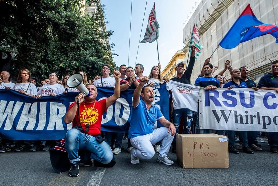 """Napoli, De Magistris agli operai Whirlpool: """"Occupate la fabbrica e producete le lavatrici"""""""