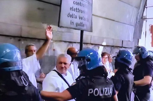 Napoli, protesta dipendenti American Laundry: scontri con la polizia