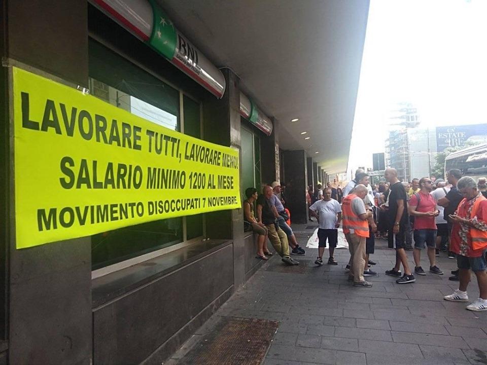 """Napoli, in piazza i disoccupati beneficiari del Reddito: """"subito una riunione per il lavoro"""""""