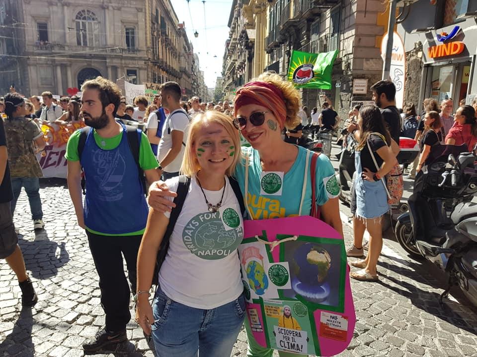"""Clima, un milione ai cortei in Italia: """"distruggi il sistema non il pianeta"""""""