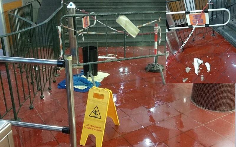 Napoli, piove dentro la funicolare di Chiaia: si stacca pezzo del soffitto
