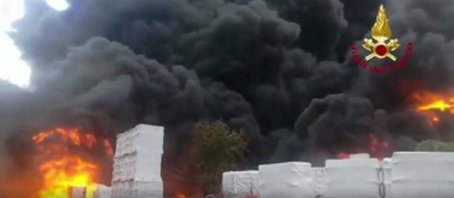 Avellino, Pianodardine: Incendio in fabbrica contenitori di plastica per batterie