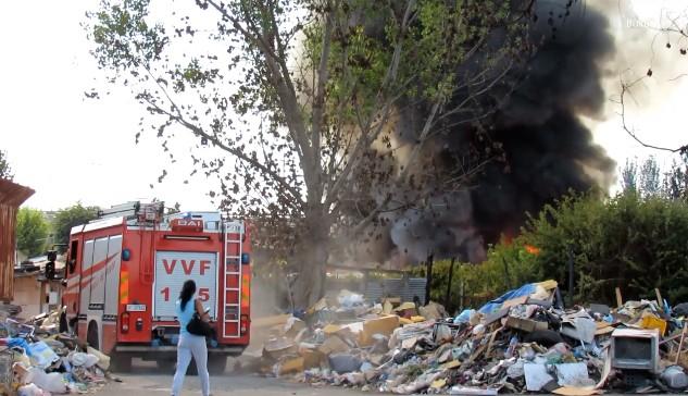 Napoli, fiamme nel campo rom di Scampia